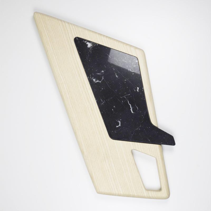 Tagliere in legno massiccio dal design moderno con inserto in marmo.